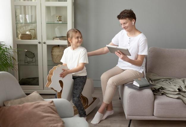 Pai e mãe com tablet em casa