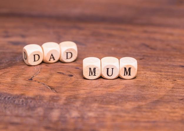 Pai e mãe feitos com dadinhos de madeira