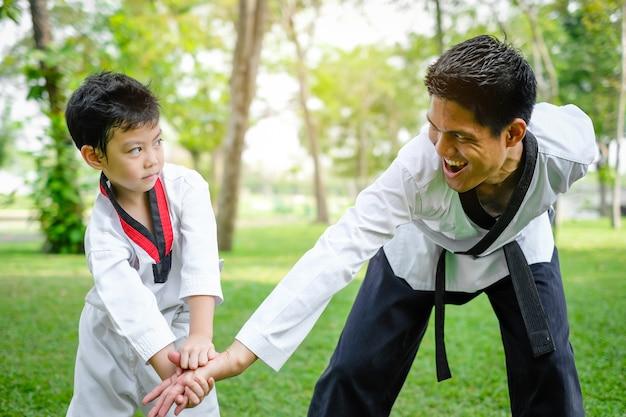 Pai é professor ensinando crianças de taekwondo