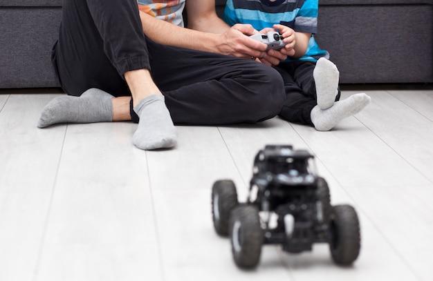 Pai ensina seu filho a andar no carro de controle de rádio