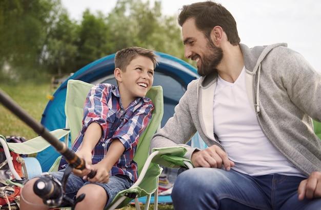 Pai ensinando filho a pescar