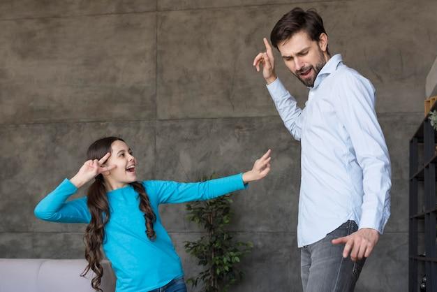 Pai ensinando menina a dançar