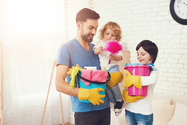 Pai está ensinando os filhos a limpar