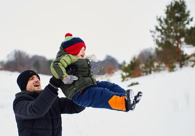 Pai está feliz em passar tempo com seu filho