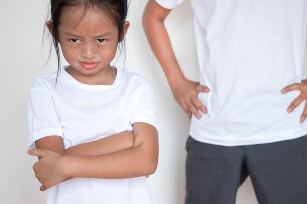 Pai está repreendendo a filha que joga muito desobediente.
