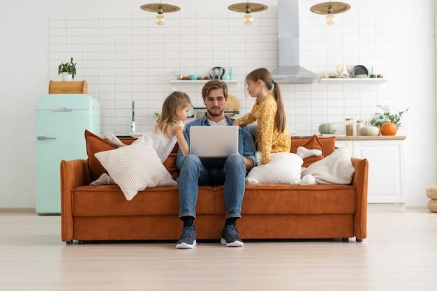 Pai estressado trabalhando em casa com filhos. ensino doméstico, ficar em casa, distanciamento social durante isolamento de quarentena de coronavírus, trabalho freelance