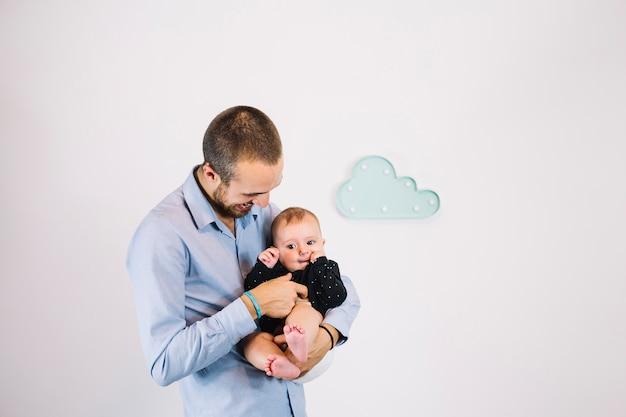 Pai fazendo cócegas para o bebê
