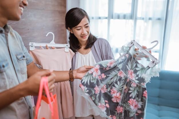 Pai fazendo compras com sua filha em uma pequena boutique