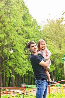 Pai feliz com a filha no parque de verão.
