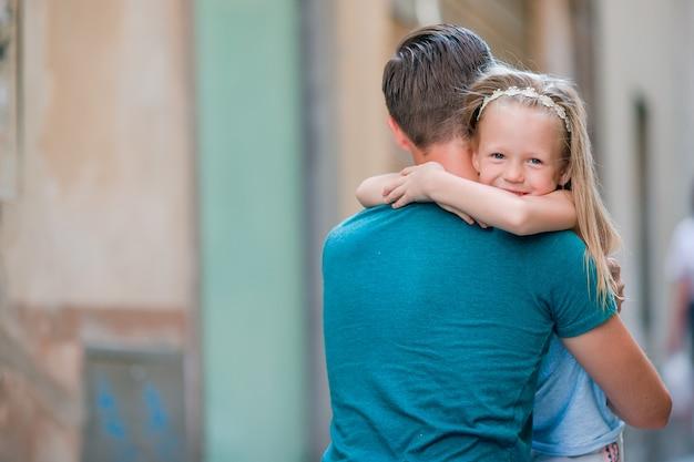 Pai feliz e adorável garotinha em roma durante as férias de verão italiano