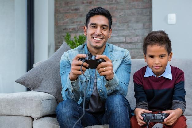 Pai feliz jogando videogames com seu filho