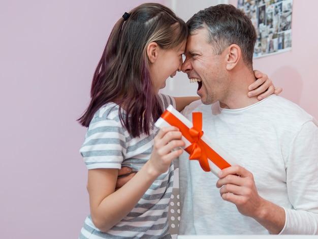 Pai feliz, recebendo um presente de sua filha