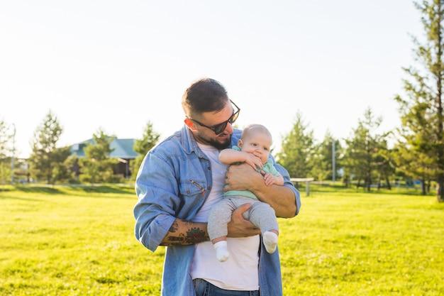 Pai feliz, segurando o filho bebê. conceito de família feliz, dia dos pais e filho.