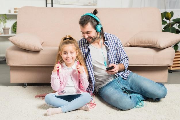 Pai filha, com, fones ouvido