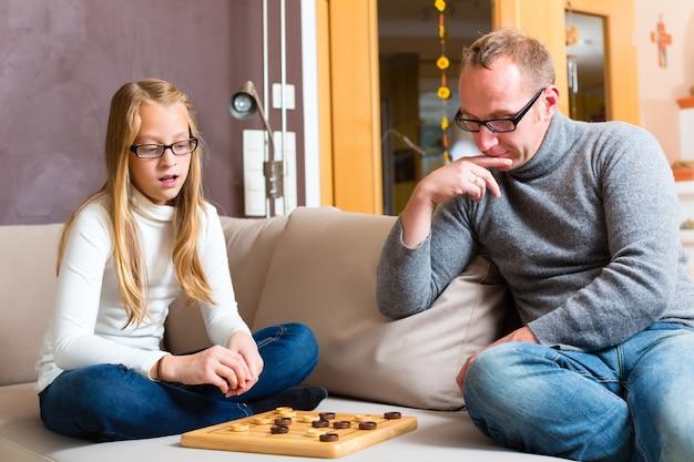 Pai filha, jogando damas