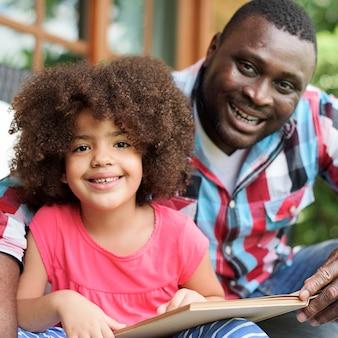 Pai filha, lendo um livro