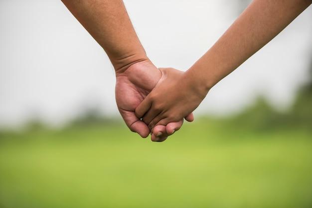 Pai filha, segurando, mãos dadas, junto