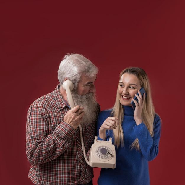 Pai filha, segurando, telefone velho