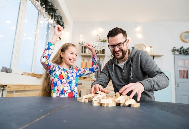 Pai filha, tocando, com, blocos madeira