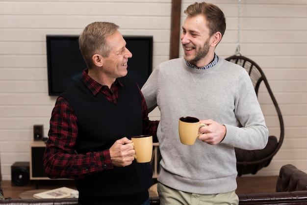 Pai filho, desfrutando café, junto