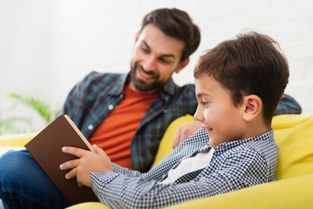 Pai filho, lendo um livro