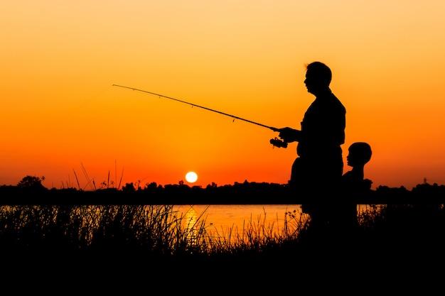 Pai filho, pesca, em, a, rio, pôr do sol, backgrond