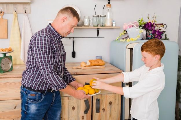 Pai filho, posar, cozinha