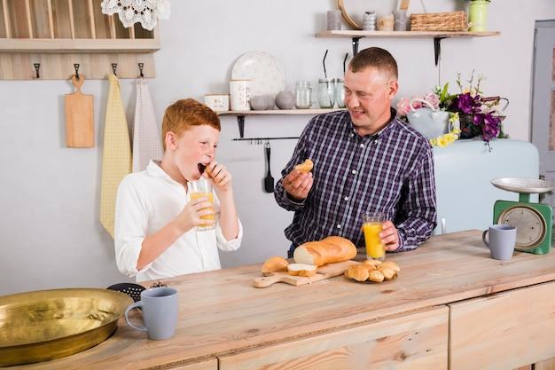 Pai filho, tocando, cozinha