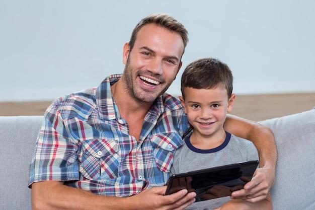 Pai filho, usando, tablete digital