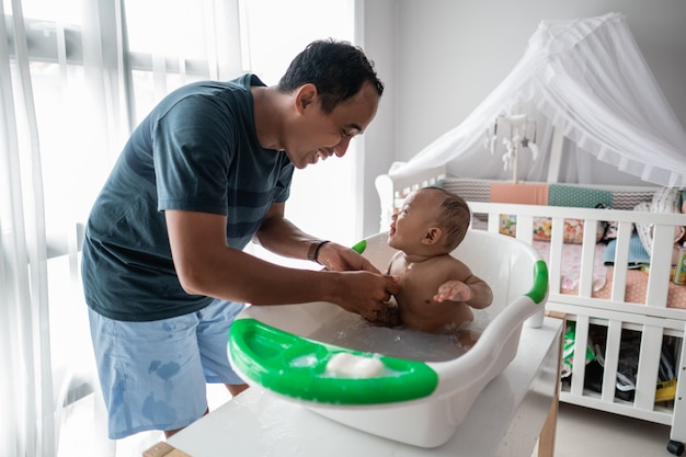 Pai gosta de lavar seu bebê