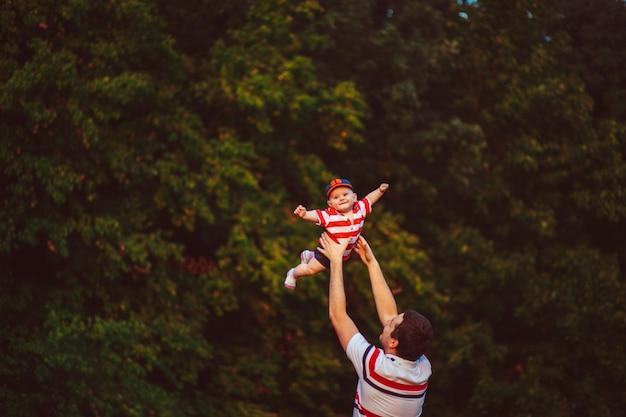 Pai joga seu filho pequeno