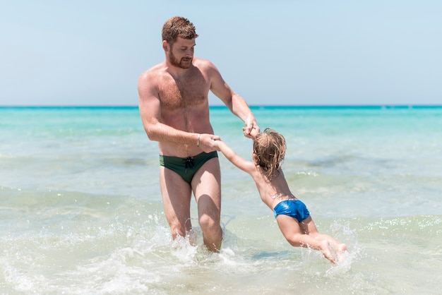 Pai, jogar criança, mar