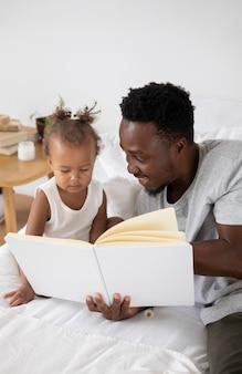 Pai lendo para a filha dela