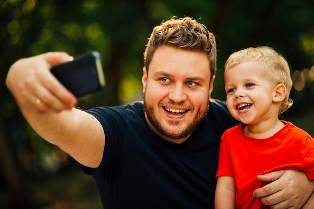Pai, levando, um, selfie, com, seu, filho