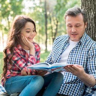 Pai, livro leitura, para, seu, filha, parque