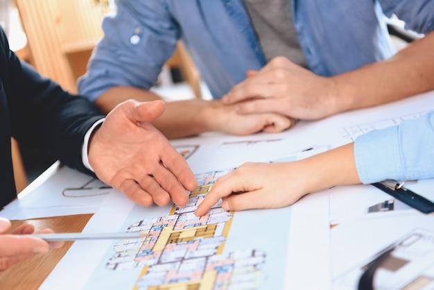 Pai, mãe está discutindo o layout do novo apartamento.