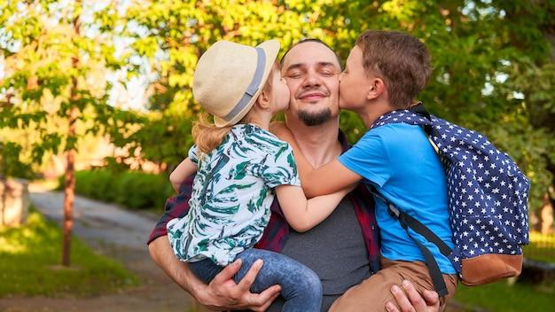 Pai mantém filhos nos braços