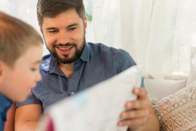 Pai mostrando uma localização em um mapa para seu filho