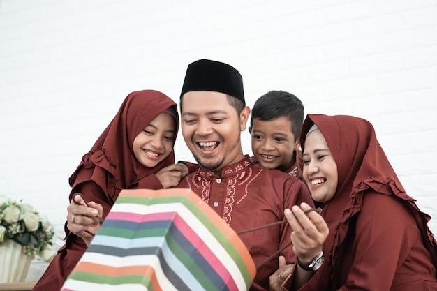 Pai muçulmano abriu uma surpresa de sacos de papel