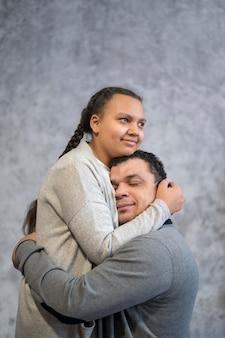 Pai nad filha abraçando