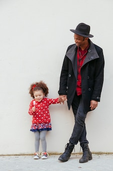 Pai novo orgulhoso de sua filha adorável