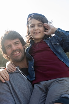 Pai orgulhoso com seu filho de sorriso
