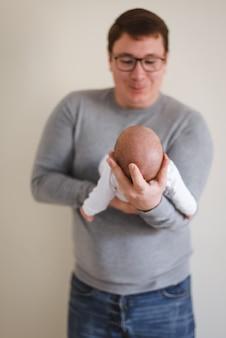 Pai, pai, segurando, bebê recém-nascido, infant, em, mãos, novo, conceito familiar