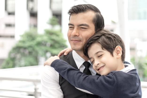 Pai, pai solteiro, e, filho, abraçar filho, ligado, distrito negócio, urbano