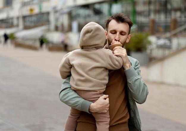 Pai passando tempo com seu bebê
