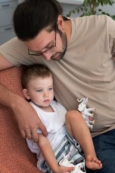 Pai passando tempo de qualidade com seu filho