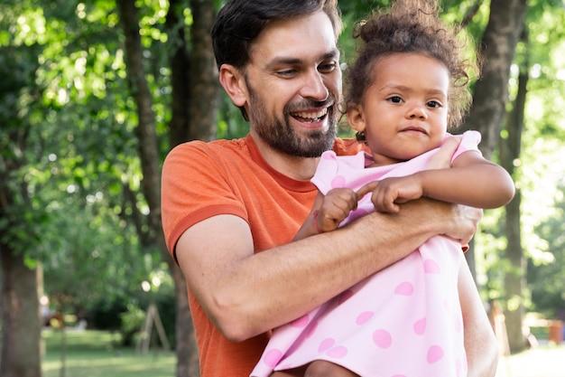 Pai passando um tempo com sua filha ao ar livre