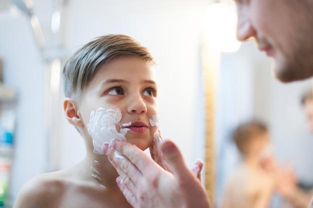 Pai, pôr, depilação, espuma, seu, filho, rosto