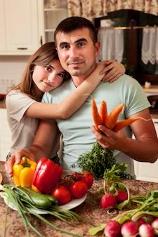 Pai posando com a filha na cozinha enquanto prepara comida