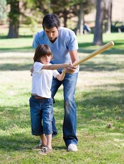 Pai positivo que ensina béisbol a seu filho